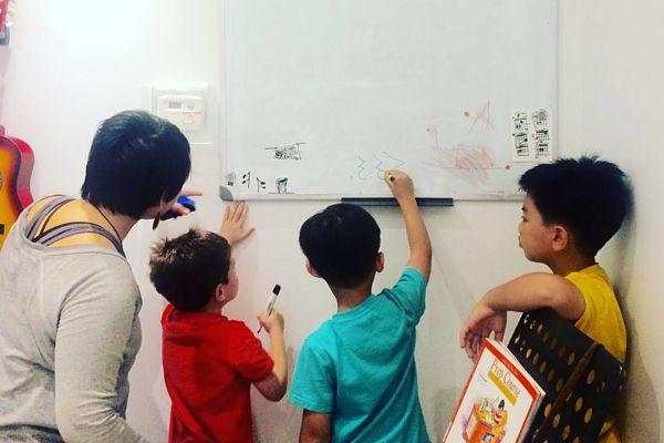 teacher teaching kids music class_opt