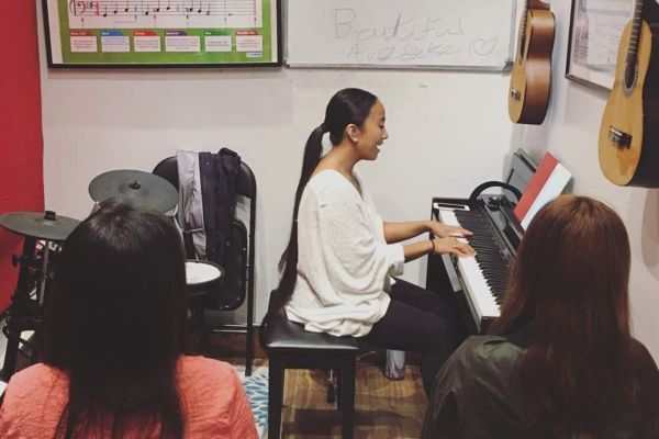 voice teacher teaching voice lesson in voice group class_opt
